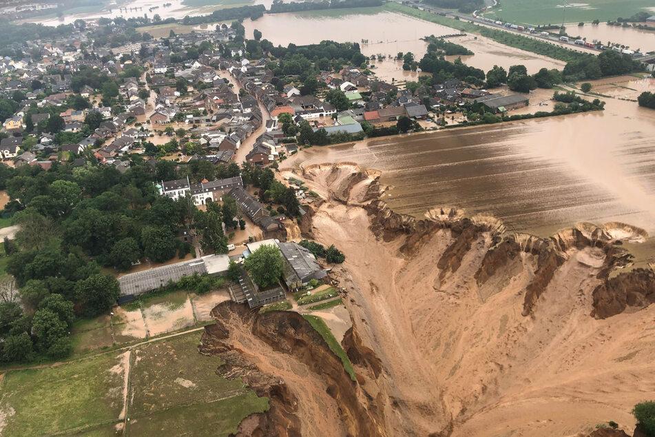 In Blessem hatte ein gewaltiger Erdrutsch durch das Hochwasser in der vergangenen Woche Straßen und Häuser mitgerissen.