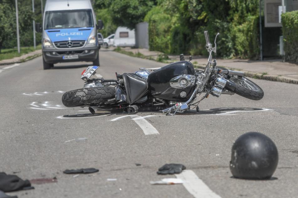 Autofahrer kracht in Heck von Motorrad und überfährt den Biker