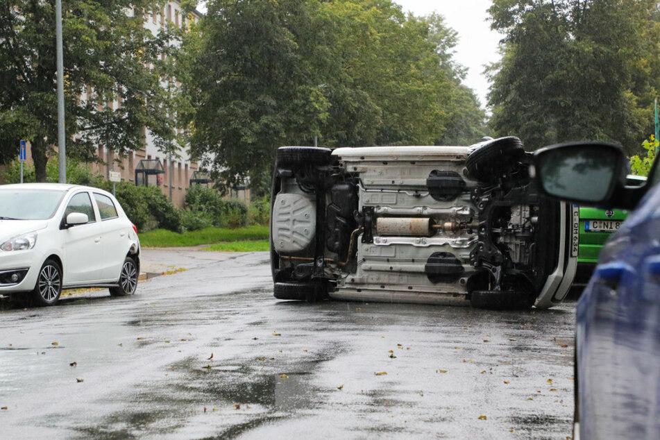Chemnitz: VW überschlägt sich und landet auf der Seite