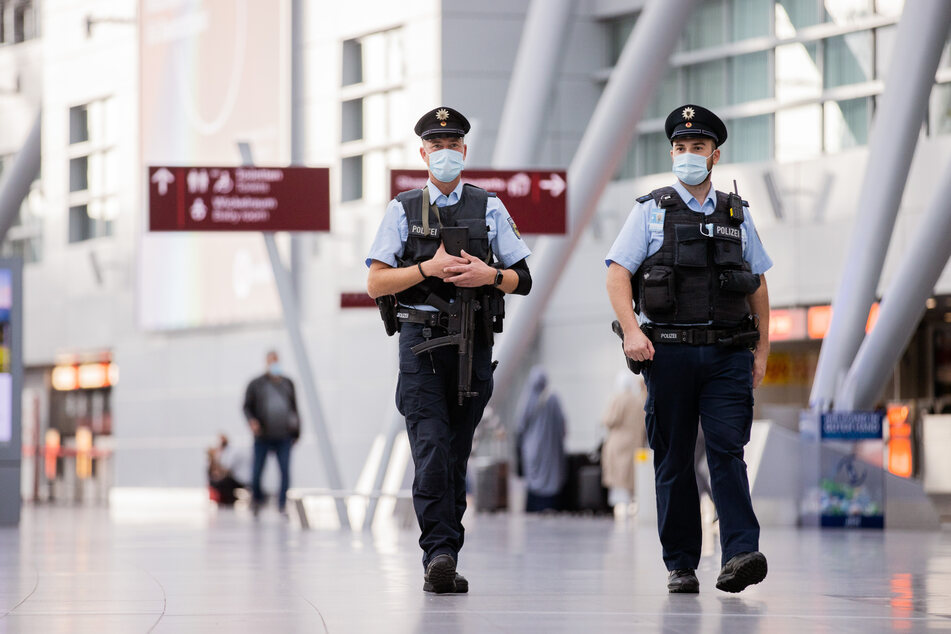 Die Polizei hat am Flughafen einen 25-Jährigen verhaftet, der sich bei einer Kontrolle als verurteilter Vergewaltiger entpuppt hat. (Symbolbild)