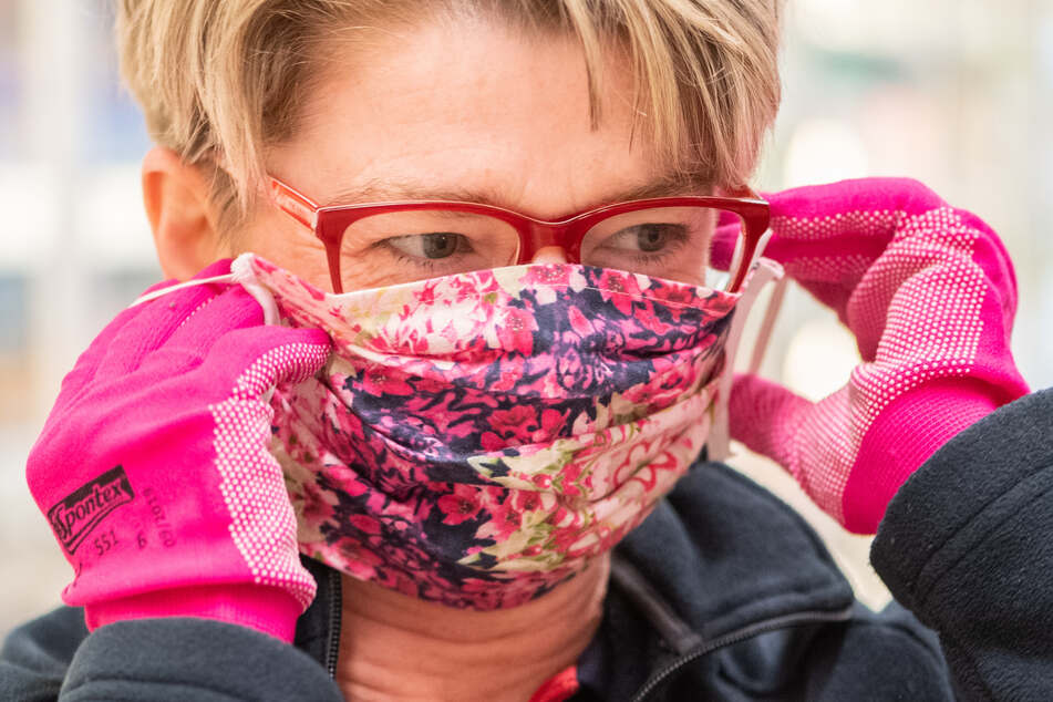 Wer Schutzhandschuhe und vor allem eine Mundmaske trägt, hilft dabei, die Ausbreitung des Coronavirus' zu verlangsamen.