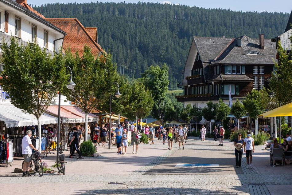 Touristen gehen durch die Ortsmitte von Titisee-Neustadt. Wegen der Corona-Krise hat sich im Südwest-Gastgewerbe laut Branchenverband ein Schuldenberg von mehr als einer Milliarde Euro aufgetürmt. (Symbolbild)