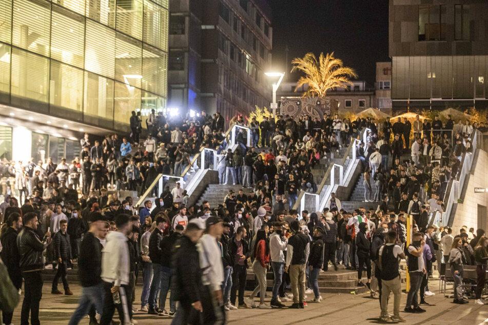 Ein Bild aus der Krawallnacht: Zahlreiche junge Menschen in der Stuttgarter Innenstadt.