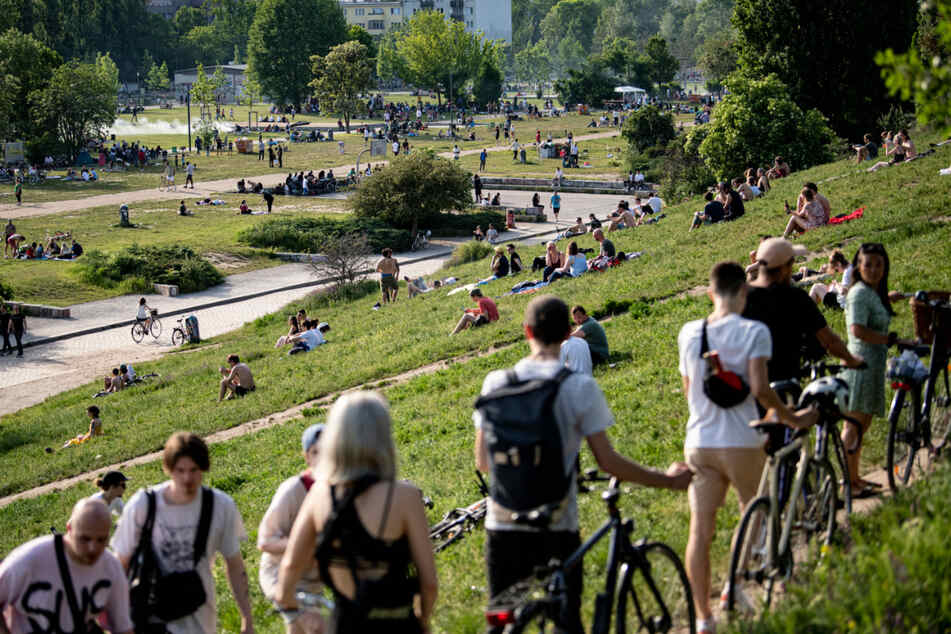 Zahlreiche Menschen suchen sich bei sonnigem Wetter ein Plätzchen im Mauerpark.