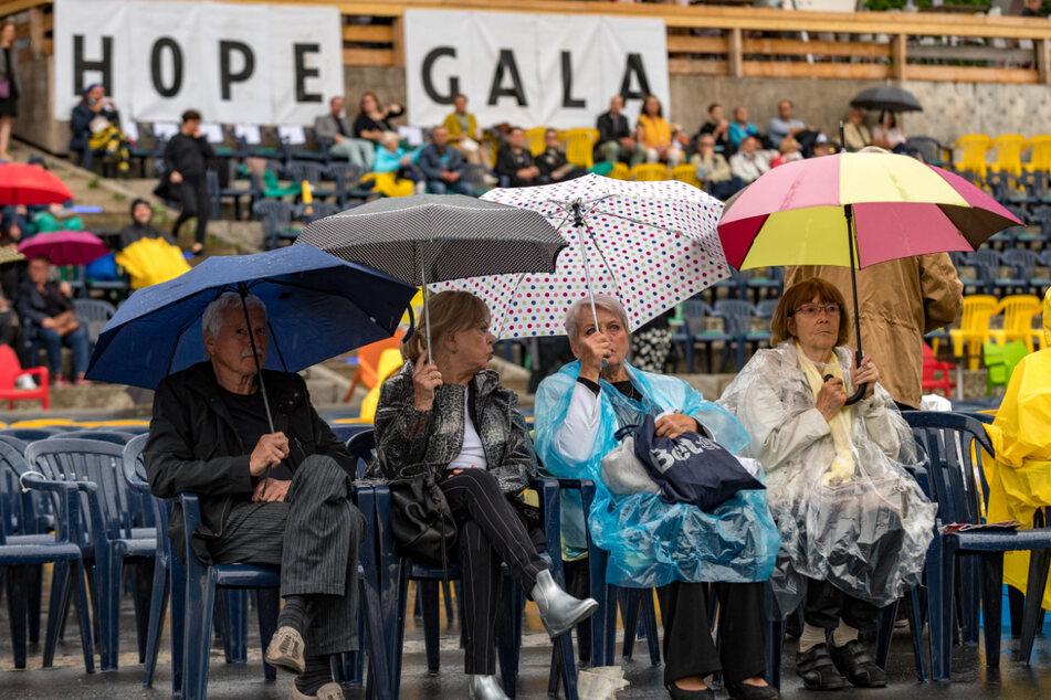 Mit Regencape und guter Laune trotzte das Publikum dem Nieselwetter.