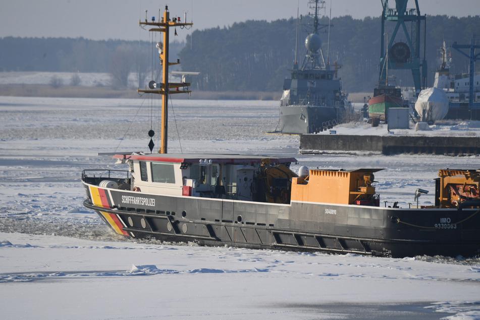 Fähre nach Juist wird am Montag eingestellt: Versuch zum Eisbrechen soll starten