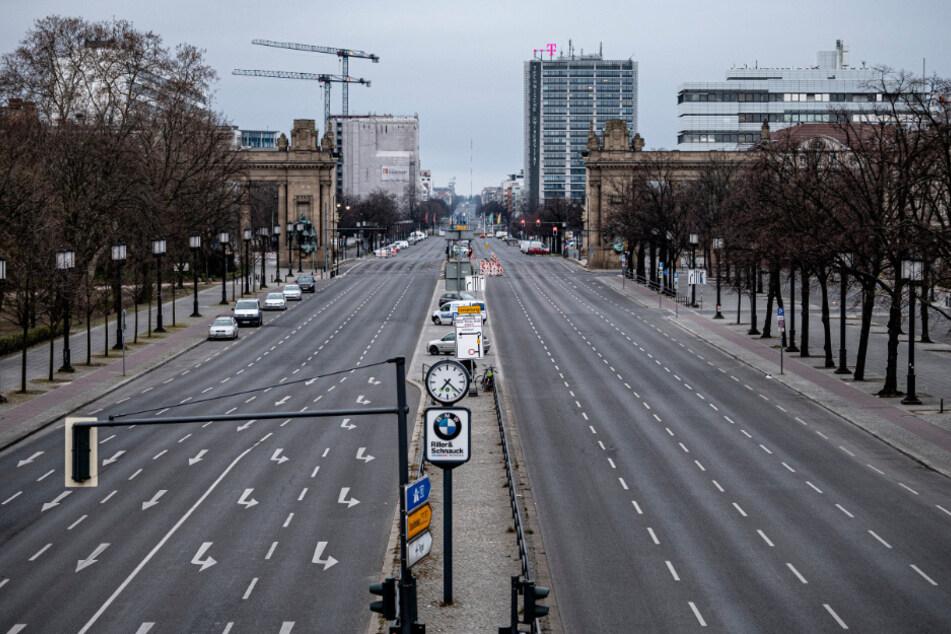 Die Straße des 17. Juni ist am Sonntagmorgen wie ausgestorben.