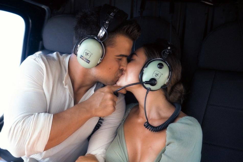 Vertraute Küsse von Daniel H. (24) und Melissa Damilia (25) beim Helikopter-Rundflug.