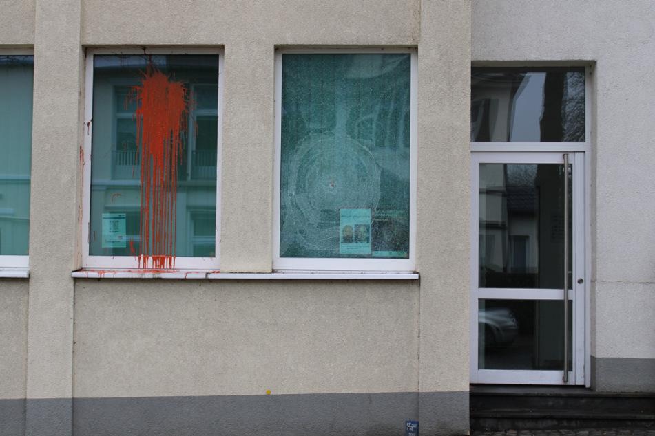 Die Polizeiwache Kettwig nach dem Angriff.