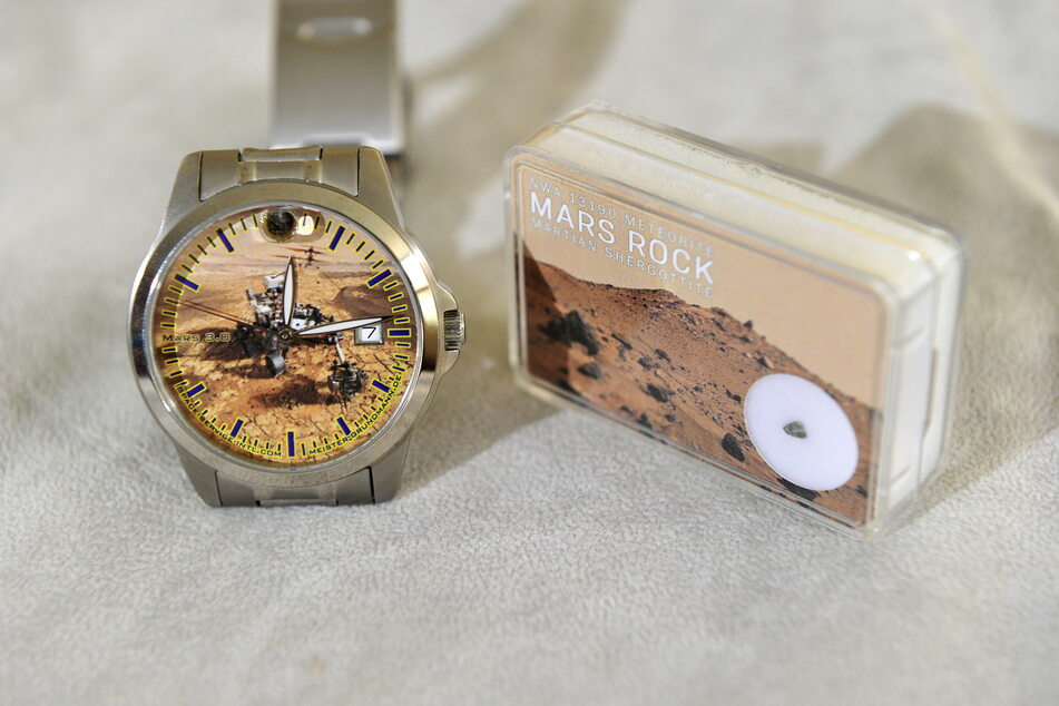 Die spezielle Armbanduhr ist komplett im Mars-Design gehalten.