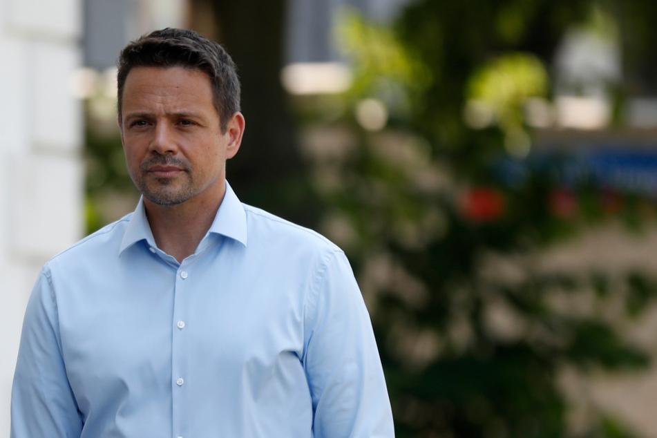 Rafal Trzaskowski, Bürgermeister von Warschau und Präsidentschaftskandidat von Polens größtem Oppositionsbündnis, ist auf dem Weg zu einem Wahllokal, um bei der Präsidentschaftswahl seine Stimme abzugeben.