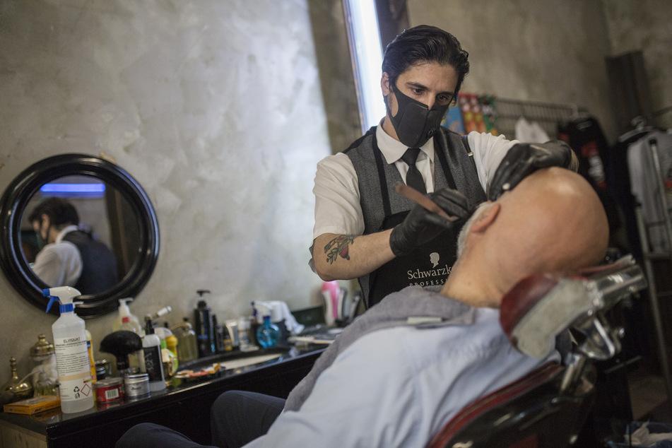 Auch für die Bart-Rasur und das Make-up gelten strenge Regeln.