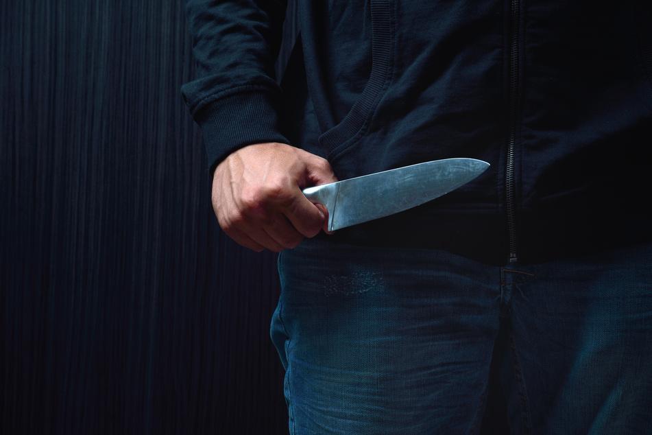 Ein 51-Jähriger rammte am Samstagabend einem Kumpel (41) ein Messer in den Oberschenkel. Es soll ein Unfall gewesen sein (Symbolbild).