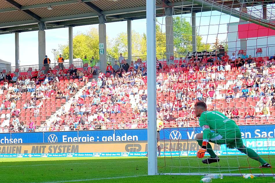 Endlich wieder mit Zuschauern! Keeper und FSV-Kapitän Johannes Brinkies (28) freut sich auf den Auftakt. Nur Gegentore, wie hier durch den Unterhachinger Dominik Stroh-Engel (35), soll es keine geben.