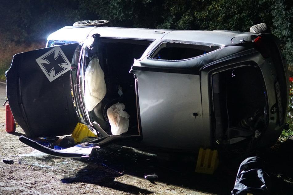 Der Fahrer (31) musste von der Feuerwehr aus dem Auto geschnitten werden, der Beifahrer (19) konnte sich aus dem Wagen selbst befreien.
