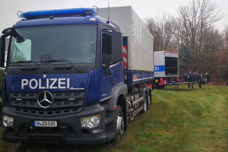 Die Polizei brachte mit Lastern Technik zum Einsatzort.