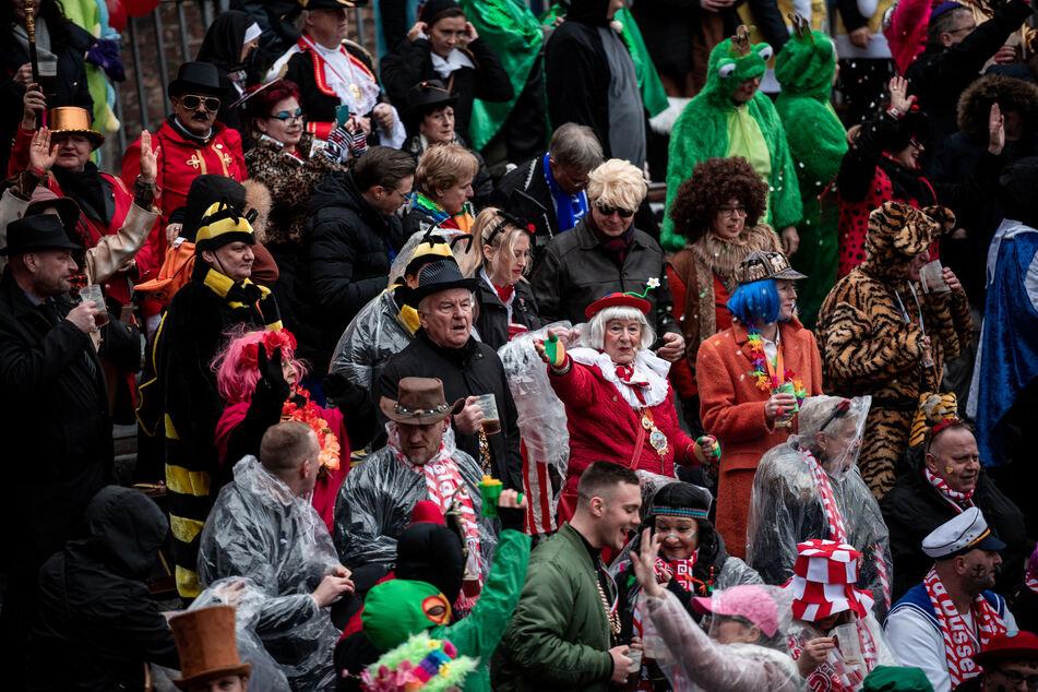 Düsseldorf: Karnevalisten feiern vor dem Rathaus in der Altstadt entlang. Zwei Drittel der Erwachsenen in Deutschland (67 Prozent) befürworten einer Umfrage zufolge eine bundesweite Absage aller Karnevalsfeiern der kommenden Saison aufgrund der Corona-Pandemie.