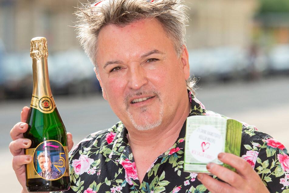 Statt einer Feier schenkt Figaro Holger Knievel (55) seinen Kunden eine Duftkerze und ein Lavendelspray.