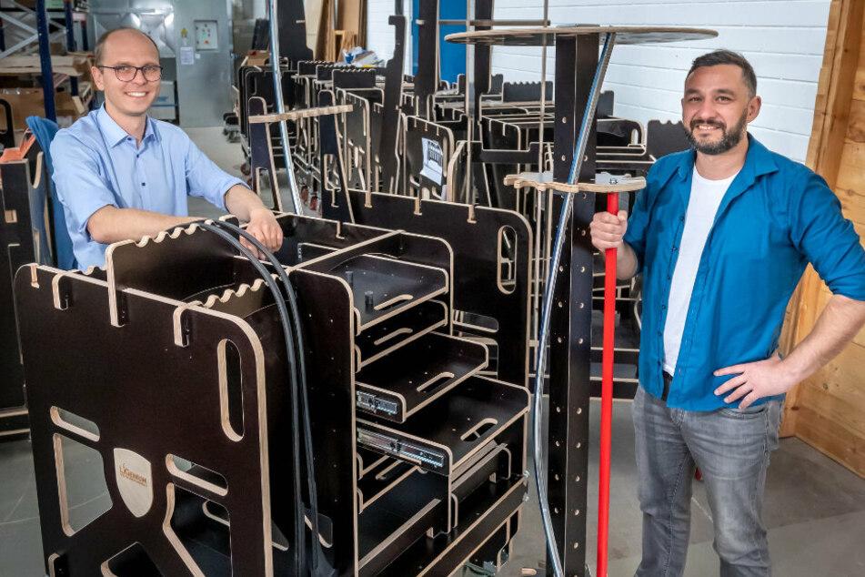 Werkzeugwagen aus Holz für die Autoindustrie sind die Erfindung von Christoph Alt (37, l.) und Rene Hudl (38).