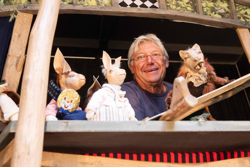 Puppenspieler Jörg Bretschneider (62) mit seinen Angsthasen-Handpuppen.
