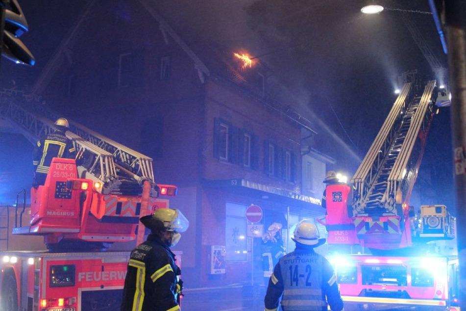 In einem Wohnhaus in Möhringen griff ein Feuer vom Balkon auf den Dachstuhl über.