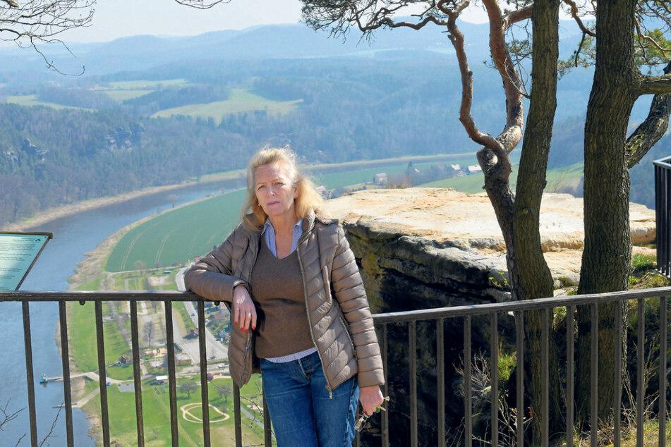 Bastei-Chefin Petra Morgenstern (61) verköstigt Wanderer mit Proviant zum Mitnehmen.