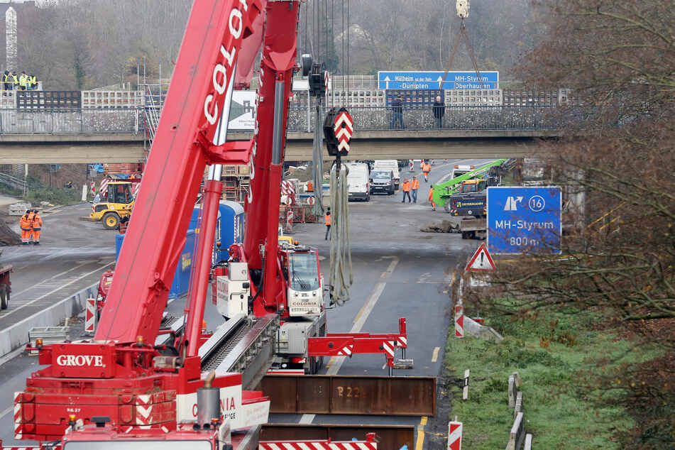 Bereits im Dezember wurden mit einem großen Kran Brückenteile für die Hilfsbrücke über die A40 eingehoben.