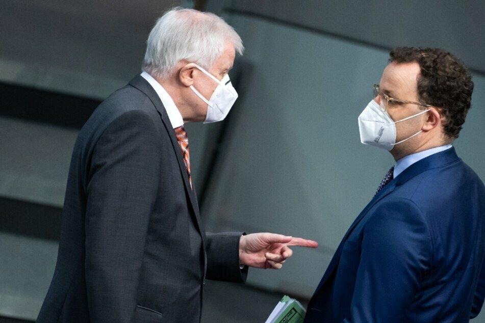 Bundesinnenminister Horst Seehofer (71, CSU) im Zwiegespräch mit dem Gesundheitsminister Jens Spahn (40, CDU, rechts).