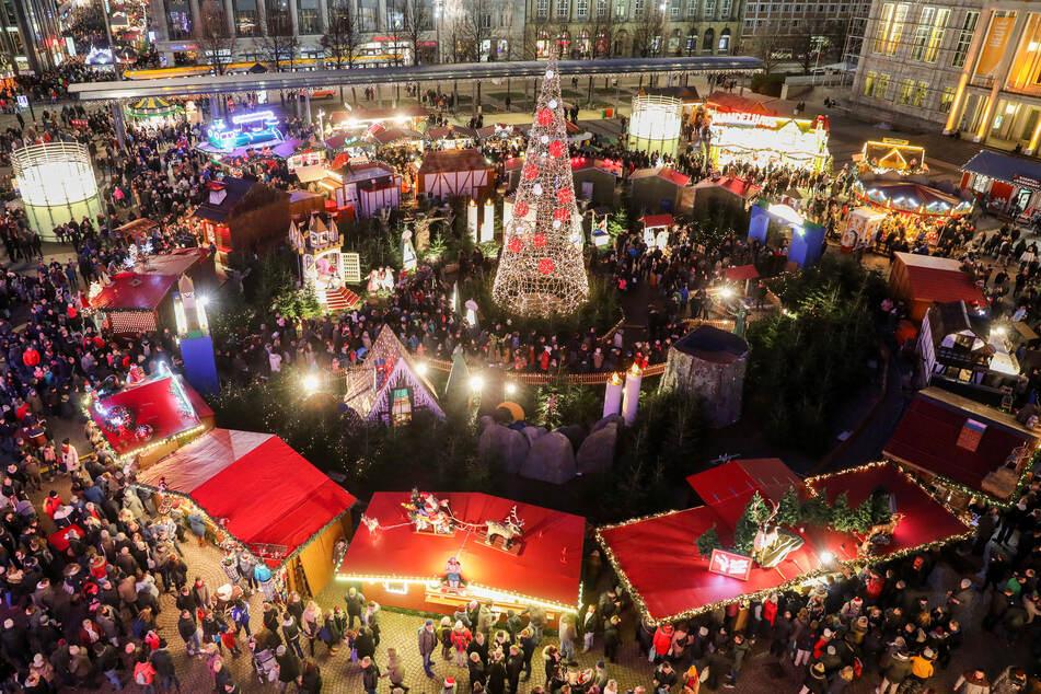 Normalerweise ist auf dem Leipziger Weihnachtsmarkt kaum ein Durchkommen möglich, hier im Jahr 2018 auf dem Augustusplatz. (Archivbild)