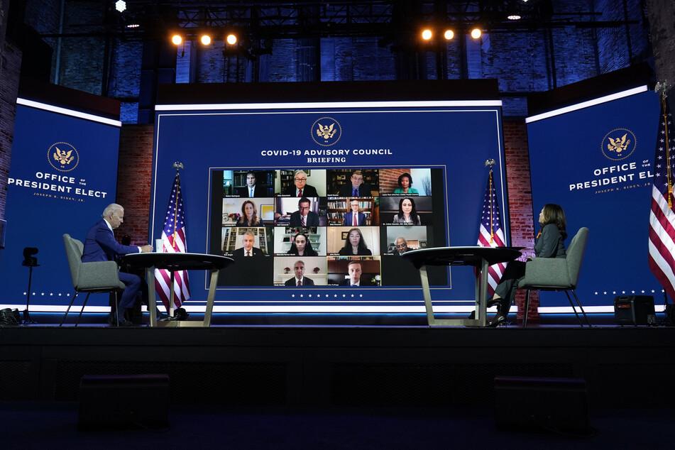 """Joe Biden, """"Gewählter Präsident"""" der USA, und Kamala Harris, """"Gewählte Vizepräsidentin"""", nehmen im Queen-Theater an einem Treffen mit Bidens neuem Expertenrat, der die Politik seiner Regierung im Kampf gegen die Corona-Pandemie gestalten soll, teil."""
