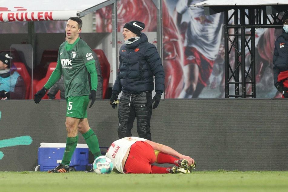 Nach Marek Suchys (l.) Foul an Willi Orban (am Boden) protestierte die Leipziger Bank, Auswechselspieler Marcel Sabitzer (hinten) sprang sogar über die Bande aufs Feld.