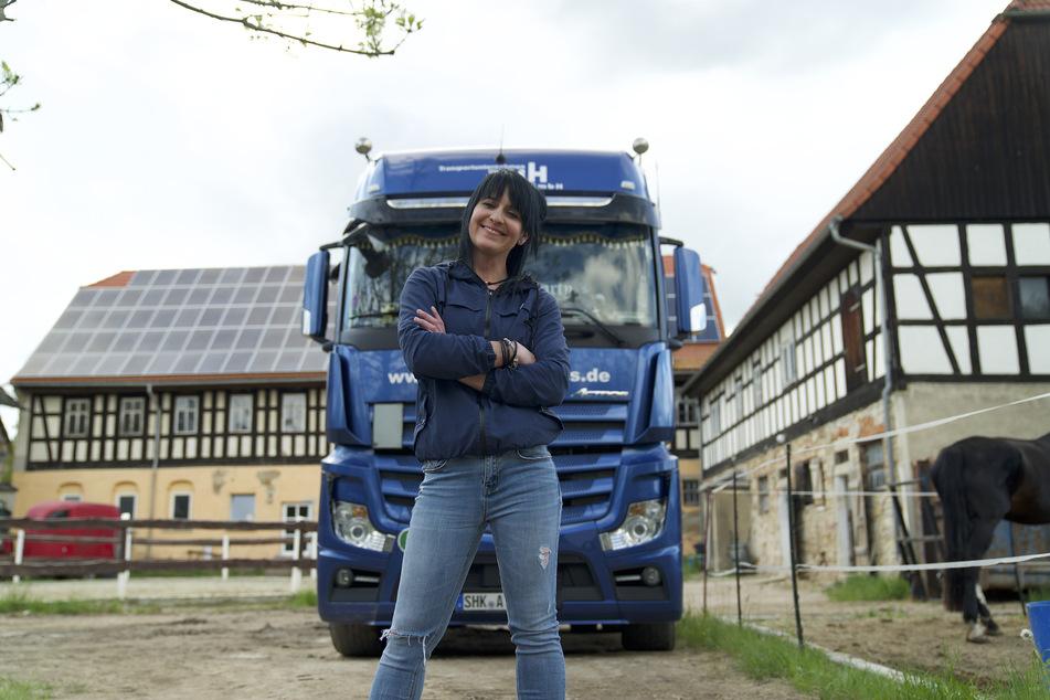 """Mit diesem 510 PS starken 40-Tonner rollt """"Trucker Babe"""" Jessy (31) durch Mitteldeutschland und beweist, dass auch Frauen diesen Job machen können."""