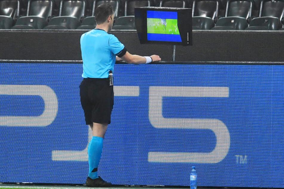 Schiedsrichter Danny Makkelie (37) schaute sich Alassane Pleas Tor in der Review Area nochmal an und entschied: kein Tor!