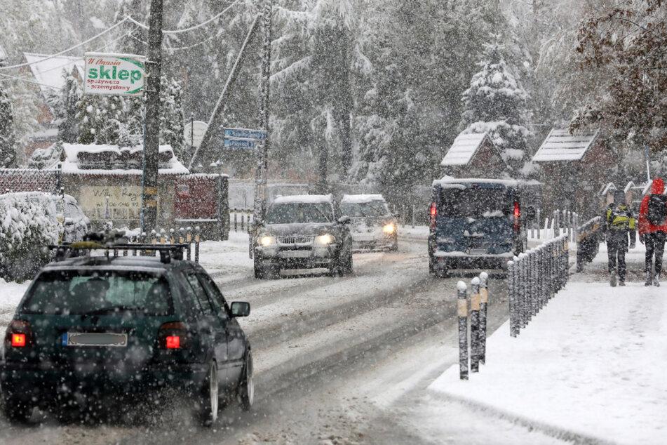 In Zakopane gab es den ersten Herbstschneefall. In dem Ferienort am Fuße des Tatra-Gebirges liegen bereits mehrere Zentimeter Schnee und es schneit noch immer.