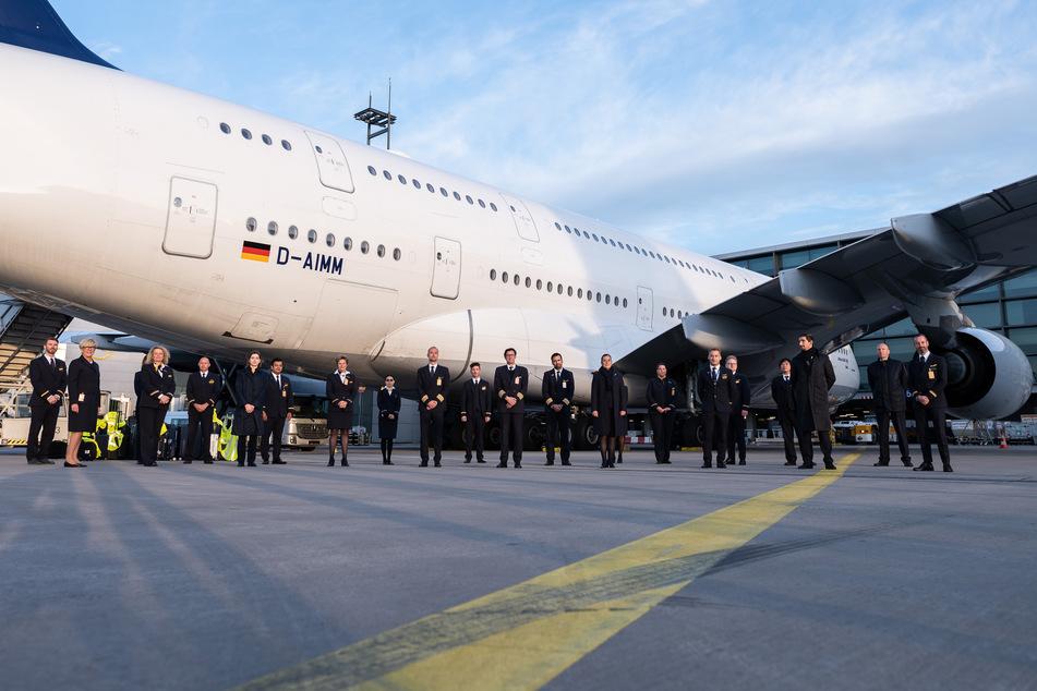Die Crew des Fluges LH773 vor dem Lufthansa-Airbus A380 auf dem Rollfeld des Frankfurter Flughafens.