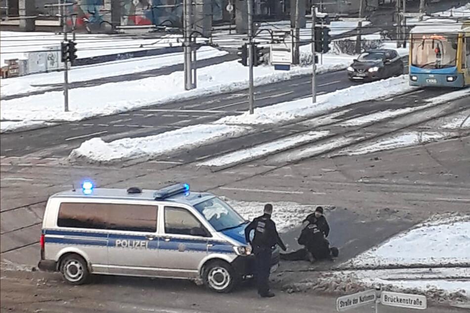 Auf einer Kreuzung im Stadtzentrum konnte der Flüchtende von Polizisten überwältigt werden.