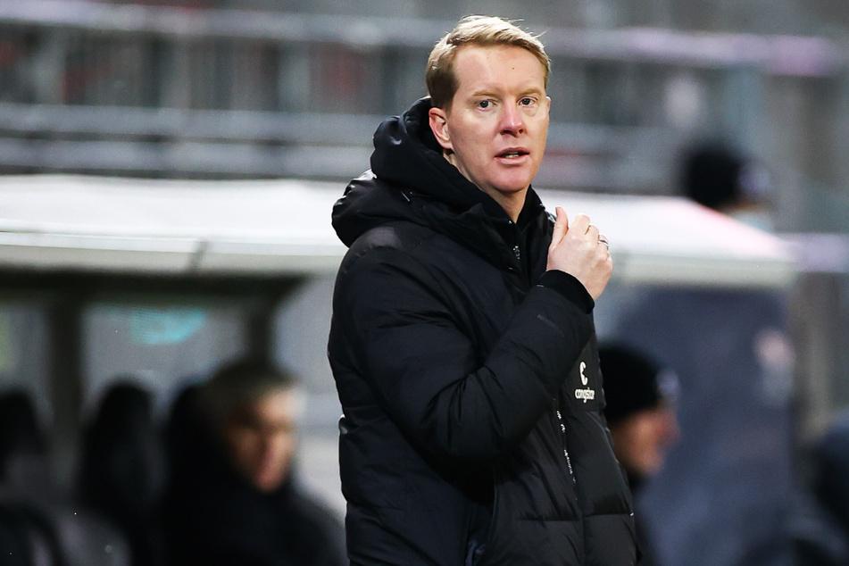St. Paulis Trainer Timo Schultz steht am Spielfeldrand.