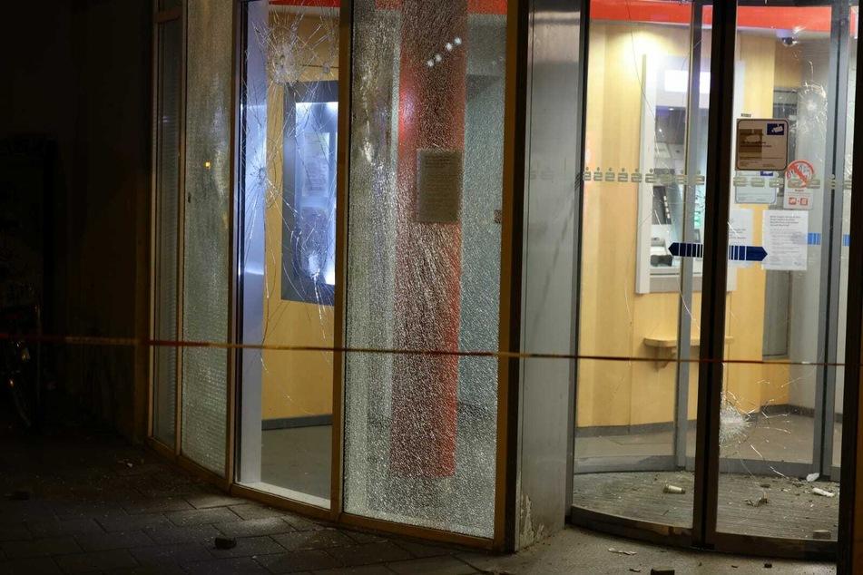 Die Scheiben der Bank-Filiale wurden bei dem Angriff zerstört.