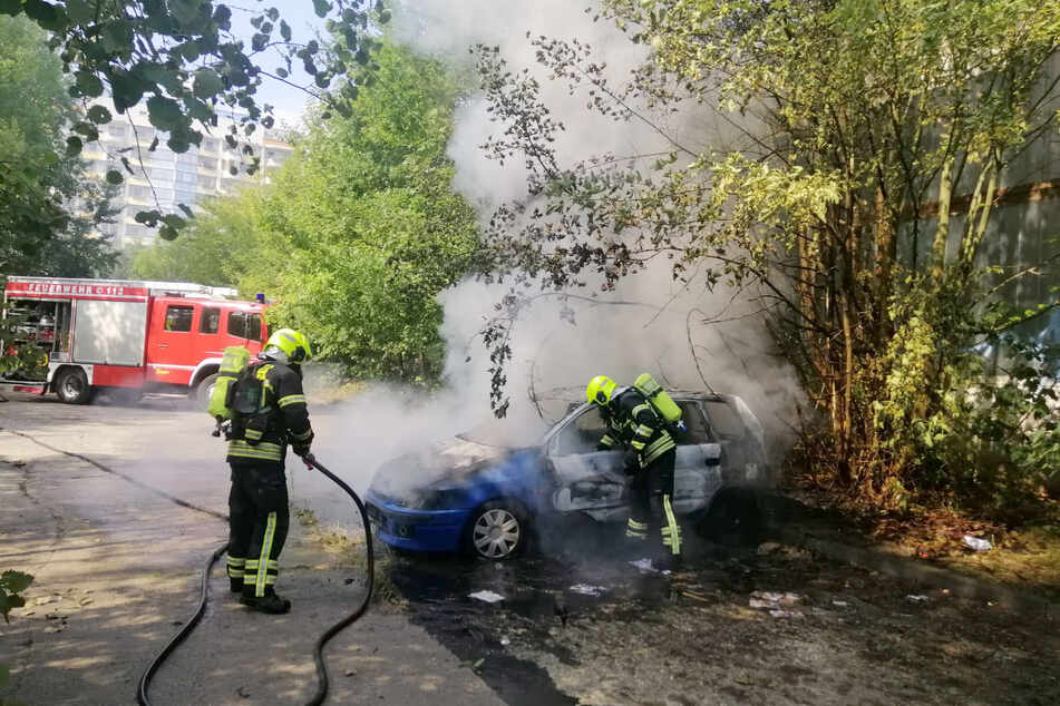 Im Chemnitzer Stadtteil Hutholz stand am Mittwochnachmittag ein Auto in Flammen.