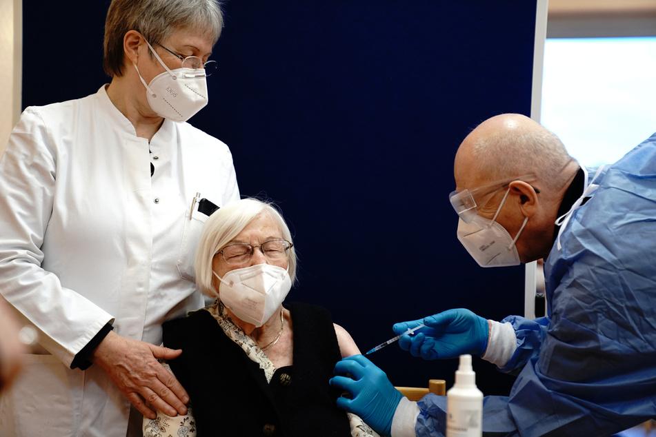 Die 101-jährige Gertrud Haase (M) wird in Berlin gegen das Coronavirus geimpft.