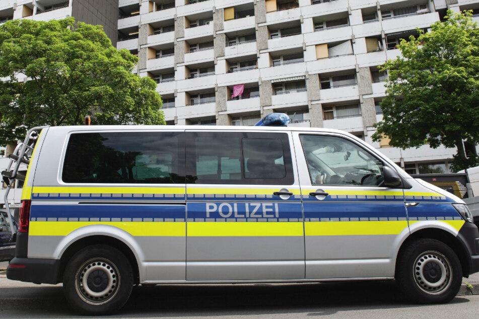 Ein Einsatzfahrzeug der Polizei steht vor dem Iduna-Zentrum. Bei mehreren größeren privaten Feiern haben sich in Göttingen etliche Menschen mit dem neuartigen Coronavirus infiziert. In dem Komplex wohnten rund 60 Kontaktpersonen.