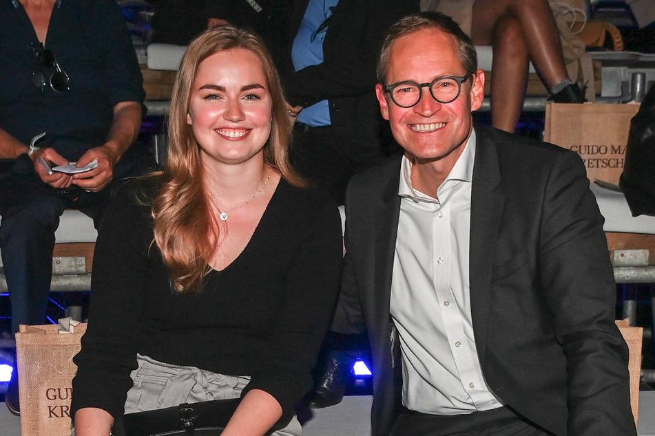 Mit Michael Müller (56, SPD) nahm auch Prominenz aus der Politik an der Modenschau teil. Er wurde von Tochter Nina begleitet.