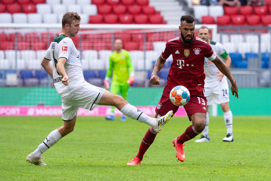 Gladbachs Abräumer Christoph Kramer (30, l.) spitzelt Bayerns Angreifer Eric Maxim Choupo-Moting (32) den Ball weg.