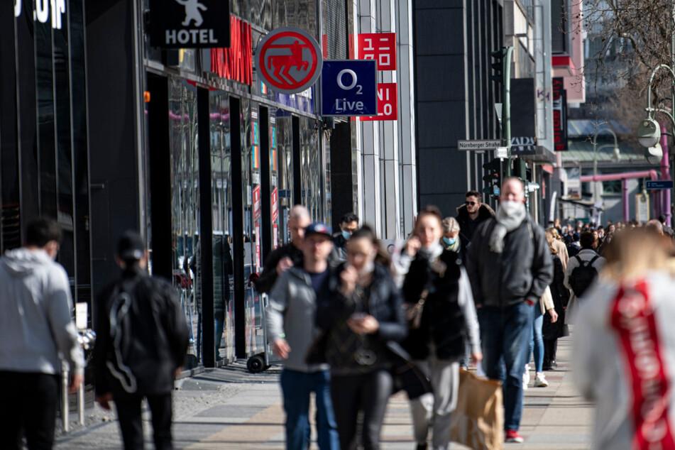 Menschen laufen über die Einkaufsstraße am Kudamm in Berlin. Ab Mittwoch müssen in Berlin Kunden des Einzelhandels vor dem Einkaufen ein tagesaktuelles, negatives Corona-Testergebnis vorweisen.