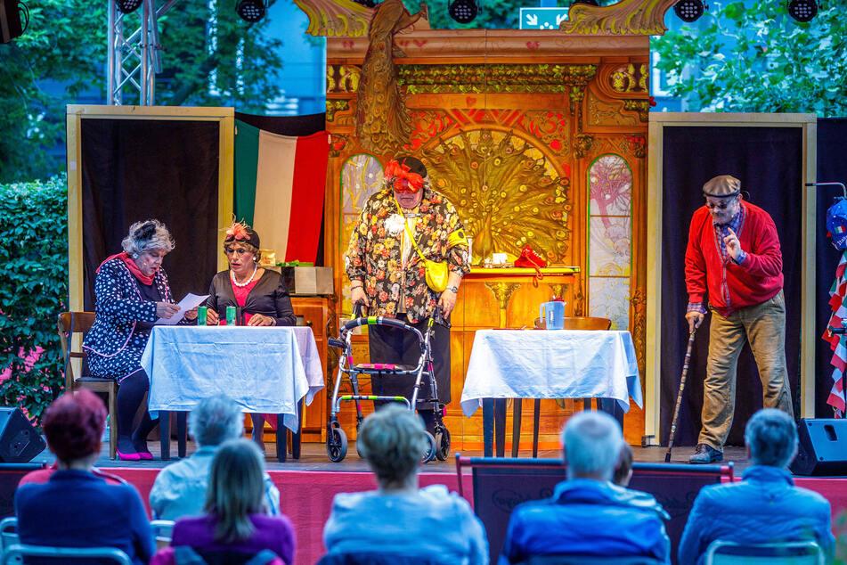 Das Radeberger Biertheater eröffnete den Sommergarten am Freitagabend.