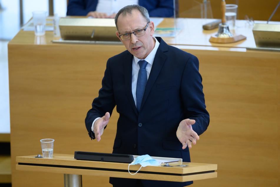 Jörg Urban spricht im sächsischen Landtag zu den Abgeordneten.