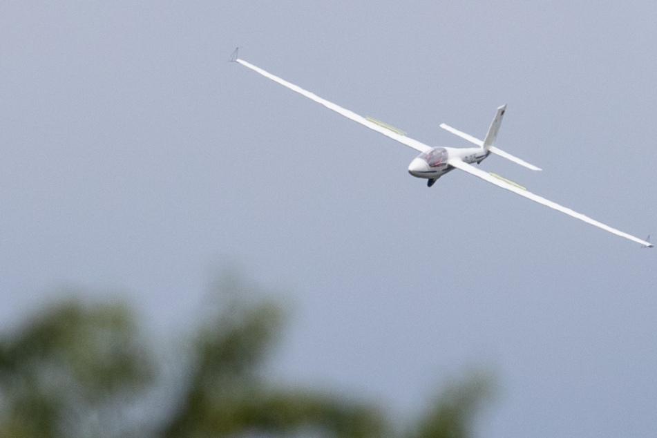 Segelflieger verliert an Höhe und muss auf Bundesstraße notlanden