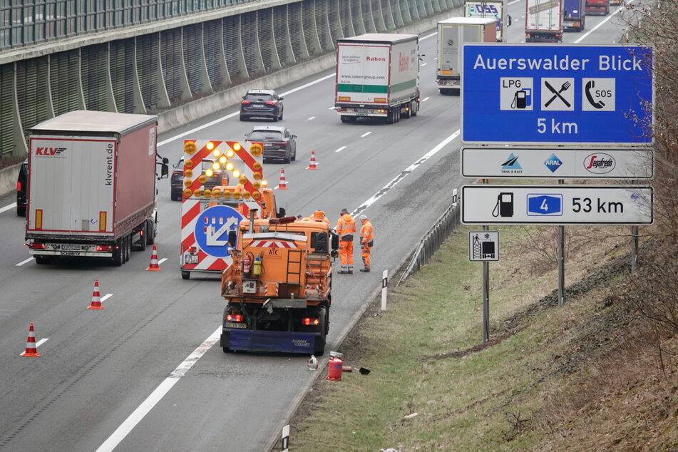 Achtung, Tempo 80! Ein Bautrupp flickt auf der A4 zwischen Chemnitz-Mitte und Glösa Löcher in der Fahrbahn.