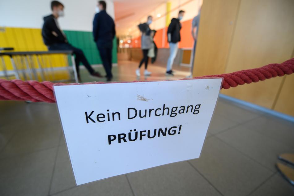 """Unter strengen Schutzauflagen und nach einem Schuljahr unter Pandemie-Begingungen haben am Freitag in NRW die Prüfungen für das """"Abi 2021"""" begonnen."""