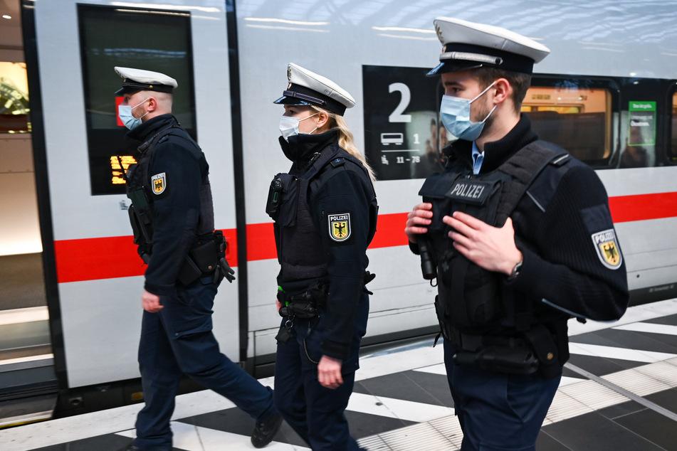 Bei einem landesweiten Aktionstag am 7. Dezember sollen in Bahnhöfen, Bussen und Zügen verstärkt Kontrollen der Maskenpflicht durchgeführt werden.